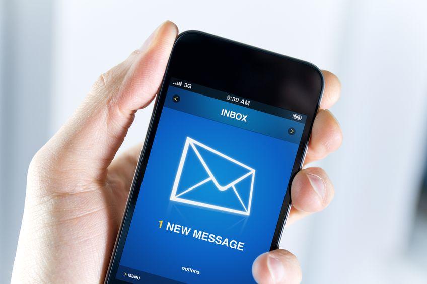 スマートフォンでメールを送信する写真
