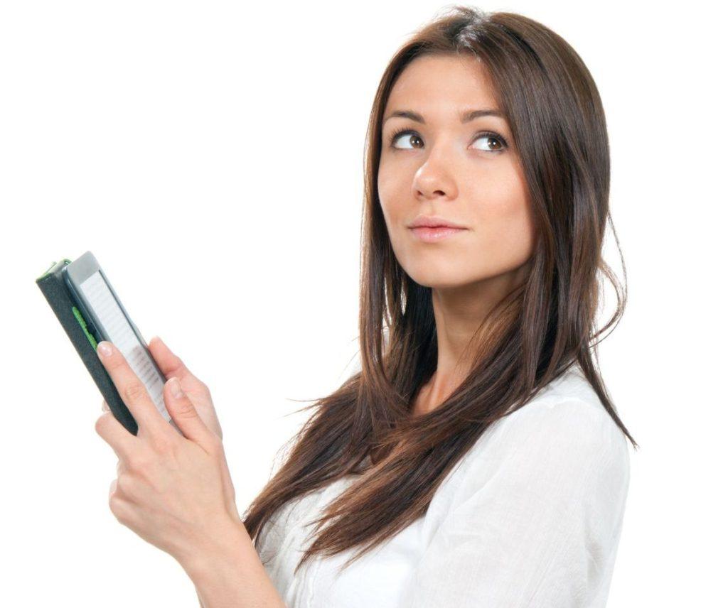 タブレットを使用する女性